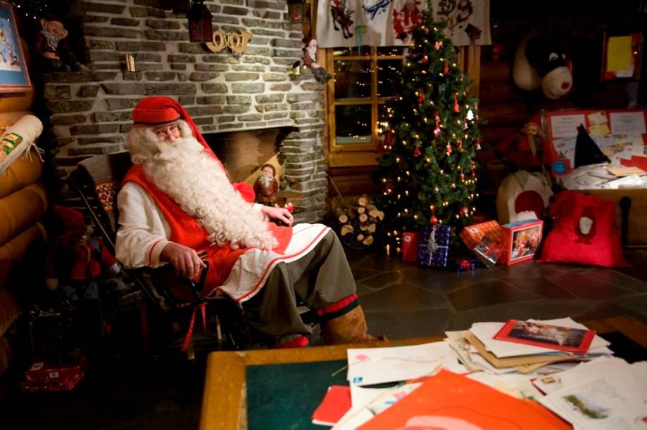 """<strong>Lapônia – <a href=""""http://Lapônia – Finlândia  Alguns conhecem a Lapônia como o fim do mundo, os mais otimistas lembram que se trata da terra do bom velhinho.  É lá que se localiza a Santa Clauss Village (foto), a casa mais oficial do Papai Noel no mundo todo. Além das fotos com o velhinho barbudo, os visitantes também conhecem um correio ondem chegam cartas de Natal do mundo todo. A decoração, a neve e as renas também não podem faltar. Ainda na Lapônia, dentro de uma caverna, está o Santa Park, o maior parque natalino do mundo."""" rel=""""Finlândia """" target=""""_blank"""">Finlândia </a></strong>    Alguns conhecem a Lapônia como o fim do mundo; os mais otimistas lembram de que se trata da terra do bom velhinho. É lá que se localiza a Santa Clauss Village (foto), a casa mais oficial do Papai Noel no mundo todo. Além das fotos com o velhinho barbudo, os visitantes também conhecem um correio ondem chegam cartas de Natal do mundo todo. A decoração, a neve e as renas também não podem faltar. Ainda na Lapônia, dentro de uma caverna, está o Santa Park, o maior parque natalino do mundo    <a href=""""http://www.booking.com/region/fi/lapland.pt-br.html?aid=332455&label=viagemabril-natal"""" rel=""""Veja hotéis na Lapônia da Finlândia no booking.com"""" target=""""_blank""""><em>Veja hotéis na Lapônia da Finlândia no Booking.com</em></a>"""