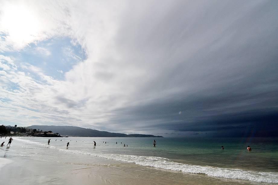Mesmo com o tempo nublado é possível notar a cor da água