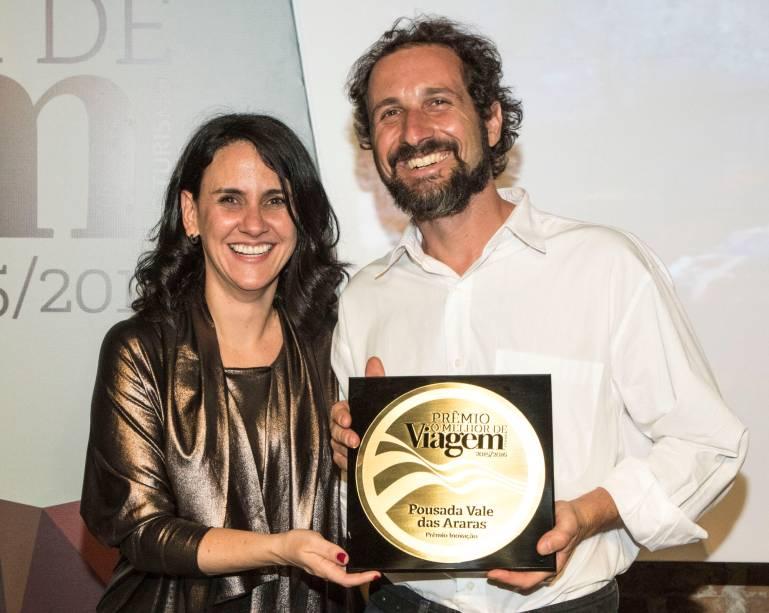 Como último prêmio da noite, o proprietário da Pousada Vale das Araras,Richard Macedo Avolio,recebeu o prêmio de Inovação das mãos da diretora de redação da Viagem e Turismo, Angélica Santa Cruz