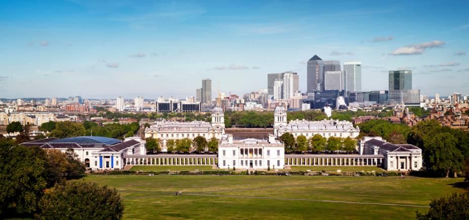 Museu Naval de Greenwich, com os edifícios do distrito financeiro de Canary Wharf ao fundo