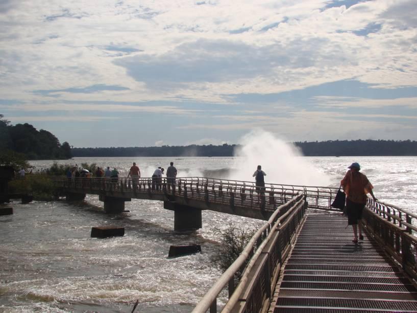 Do lado argentino, a passarela sobre o rio permite observar as cataratas por cima