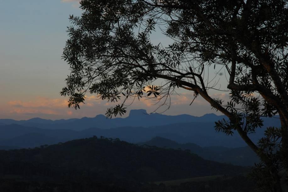 Pedra do Baú, cartão-postal da região, vista a partir de Santo Antônio do Pinhal. O trekking até ela é indicado para quem tem bom preparo físico