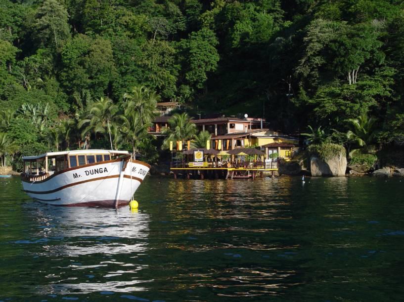 Os roteiros do passeio de escuna costeiam as ilhas Grande, Cataguases, Botinas e Gipoia