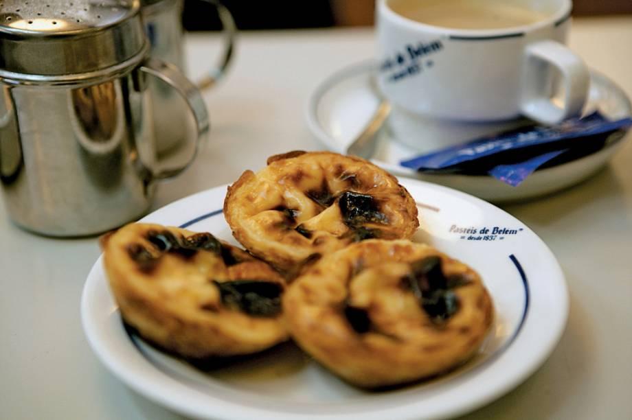 O pastel de nata, com massa folhada e recheio cremoso servido quente, é o doce mais famoso do país. A receita original é segredo da doceira Pastéis de Belém aberta em 1837