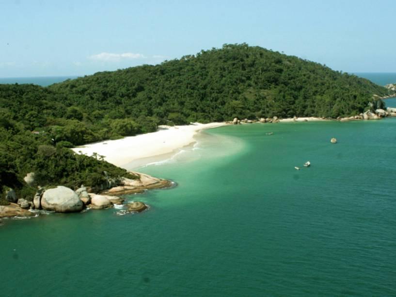 A praia de areia branquinha e mar azul-caribe da Ilha do Campeche é uma das paisagens mais espetaculares de Floripa