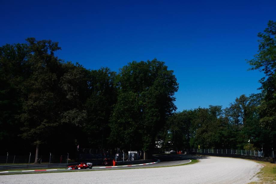 """O italiano já nasce apaixonado por carros. Fiat, Alfa Romeo e, claro, a Ferrari, são empresas do país e, esta última, leva multidões para o Autodromo di Monza, na cidade homônima. Os ferraristas, geralmente, saem felizes do local: são 18 vitórias da equipe vermelha desde 1950 – ano de estreia da categoria e da prova no """"circo"""". Nelson Piquet, com quatro vitórias, é o brasileiro com o maior número de triunfos em Monza"""