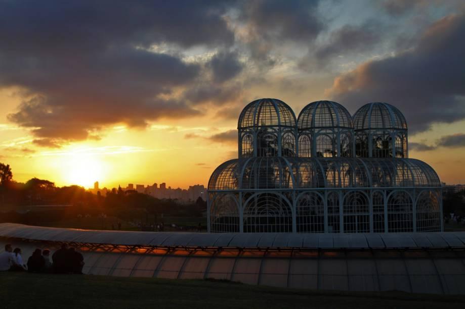 A grande estufa do Jardim Botânico de Curitiba foi inspirada em um palácio de cristal londrino e abriga mais de 50 espécies de plantas da Mata Atlântica