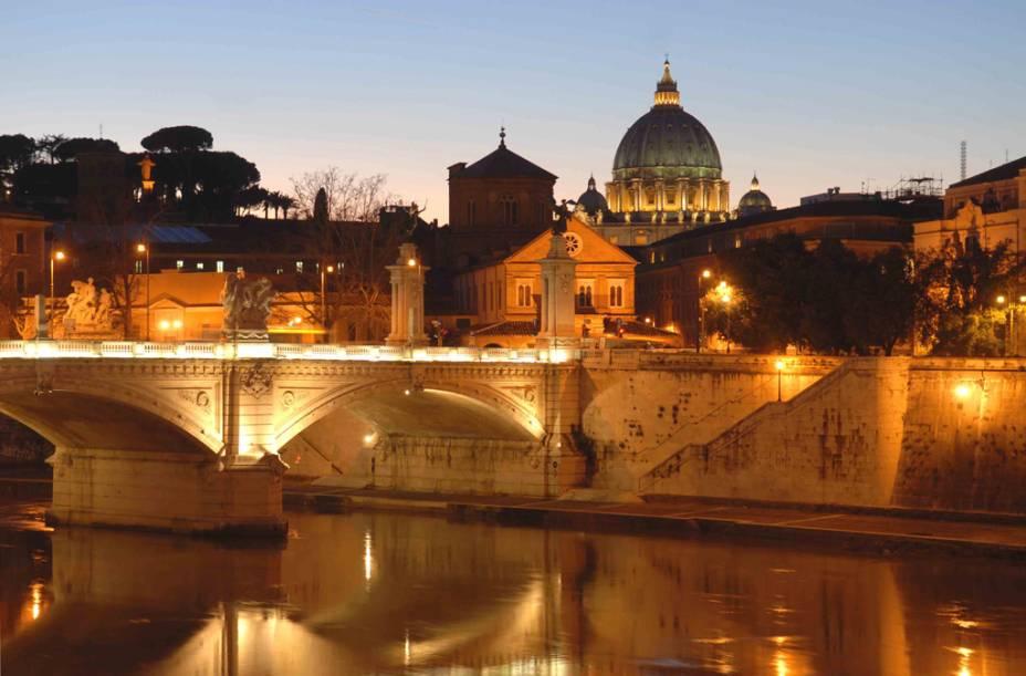 Vista noturna do Vaticano e da Ponte SantAngelo sobre o Rio Tibre
