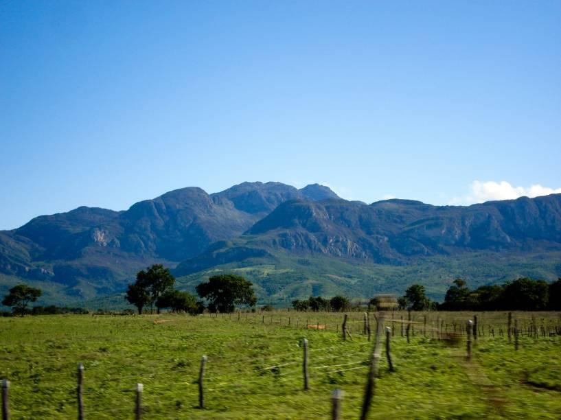 """A Serra do Espinhaço costumava ser uma cordilheira há milhões de anos. Com a ação do tempo, ela já não é mais uma cadeia de montanhas, mas ainda é uma formação rochosa imponente e comprida, que vai do centro de <a href=""""http://viajeaqui.abril.com.br/estados/br-minas-gerais"""" target=""""_blank"""">Minas Gerais</a> até o sertão da <a href=""""http://viajeaqui.abril.com.br/estados/br-bahia"""" target=""""_blank"""">Bahia</a>. A travessia começa pelo Caminho dos Diamantes, da Estrada Real, e depois continua pelos Parques Estaduais de Grão Mogol e Serra Nova até cruzar a fronteira com a Bahia e seguir caatinga adentro até a <a href=""""http://viajeaqui.abril.com.br/cidades/br-ba-chapada-diamantina"""" target=""""_blank"""">Chapada Diamantina</a>. É uma travessia dura, longa (quase 2 mil km!) e que passa por três ecossistemas brasileiros: Mata Atlântica, Cerrado e Caatinga"""