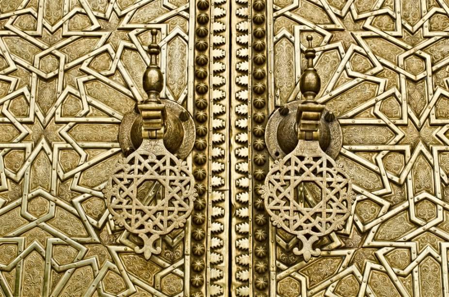 Detalhe de um portão no Palácio Real de Fez. As elaboradas repetições geométricas fazem parte da identidade visual árabe, repleta de padrões geométricos e variados usos da caligrafia