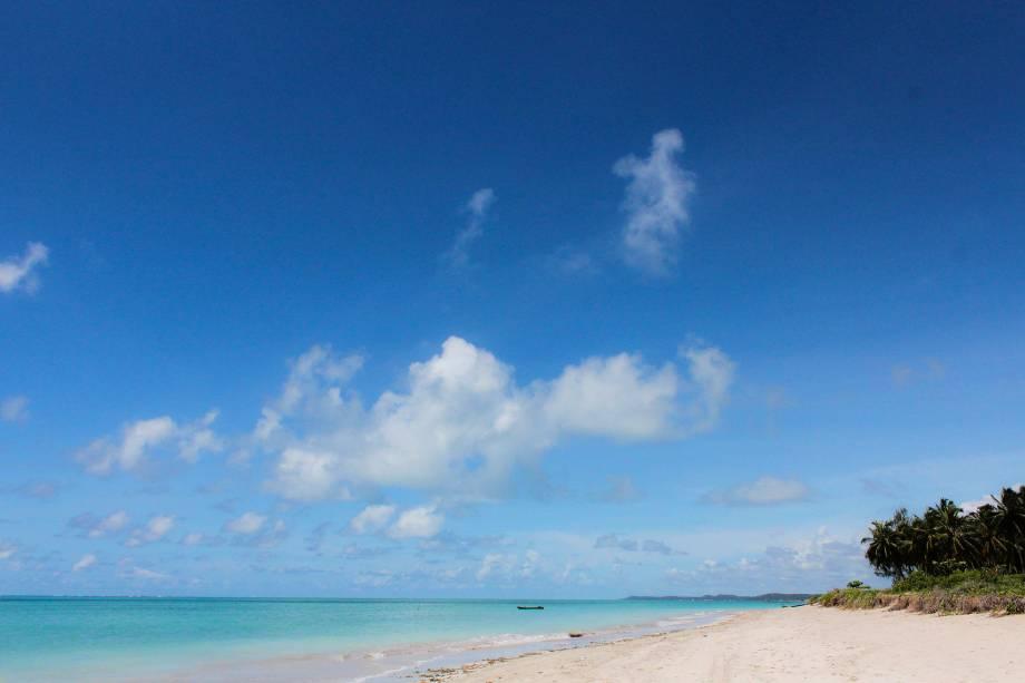 Para conhecer as belíssimas praias da região, o turista pode fazer um passeio de bugue ou alugar uma bicicleta para pedalar na areia