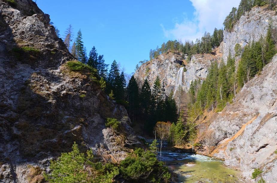 """<strong>Ötschergräben, <a href=""""http://viajeaqui.abril.com.br/paises/austria"""" target=""""_blank"""" rel=""""noopener"""">Áustria</a></strong> O país europeu é rico em florestas e montanhas, o que o faz ter terrenos propícios para aventuras de bicicleta. A trilha pelo desfiladeiro Ötschergräben, na cidade de Mitterbach, tem cerca de 6 quilômetros de extensão e percorre trechos estreitos um tanto quanto desafiadores, como se fosse uma versão austríaca do Grand Canyon. Pelo caminho, o ciclista encontra vegetação abundante e cachoeiras."""