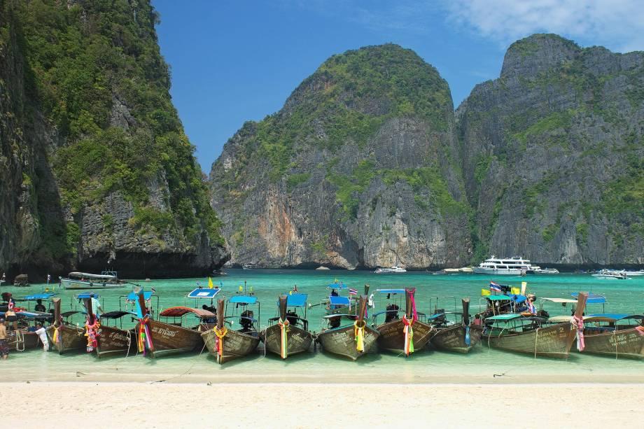 """<strong>2. <a href=""""http://viajeaqui.abril.com.br/paises/tailandia"""" target=""""_blank"""" rel=""""noopener"""">TAILÂNDIA</a></strong> Visite a região das ilhas <a href=""""http://viajeaqui.abril.com.br/cidades/tailandia-koh-phi-phi"""" target=""""_blank"""" rel=""""noopener"""">Phi Phi</a> (foto) e de <a href=""""http://viajeaqui.abril.com.br/cidades/tailandia-phuket"""" target=""""_blank"""" rel=""""noopener"""">Phuket</a> e tenha certeza que você vai encontrar raves sobre a areia de praia algumas vezes por semana, todas embaladas por música eletrônica e com turistas turbinados pela mistura de Red Bull com Sang Som (o incendiário rum tailandês)."""