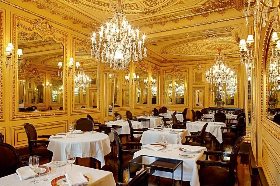 """O <a href=""""http://restaurantetavares.net/"""" target=""""_blank"""" rel=""""noopener"""">Tavares </a>era o restaurante favorito de Eça e outros intelectuais da época. Ainda é um dos mais emblemáticos de Portugal e, apesar da decoração de época, tem menu contemporâneo. <em>(Rua da Misericórdia, 37)</em>"""