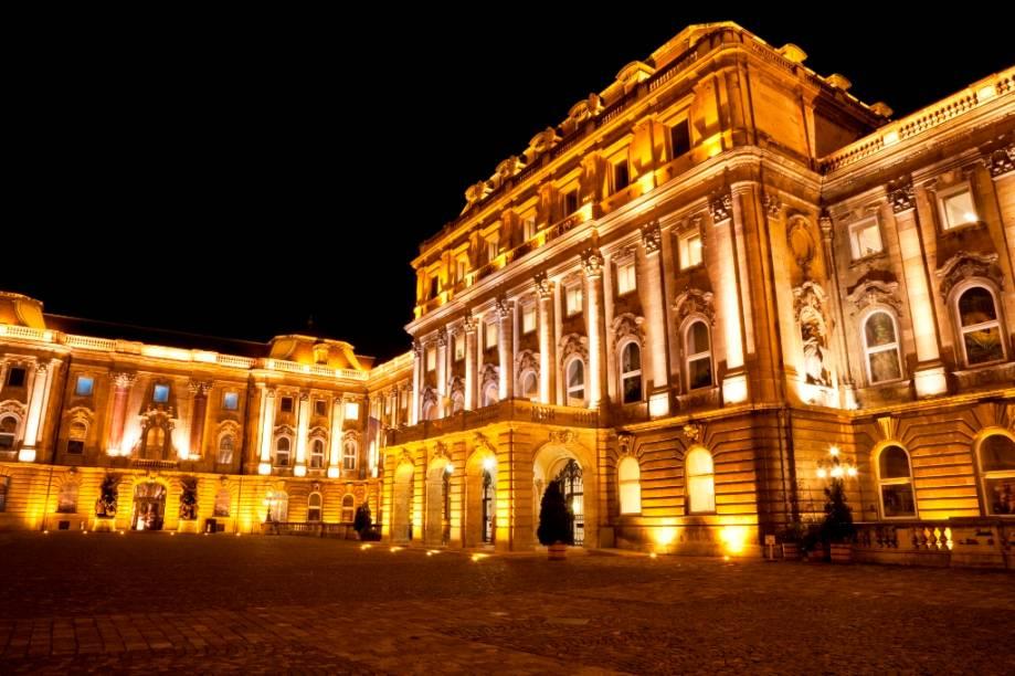 O castelo de Buda foi a sede da monarquia húngara do século 13 até 1918. Localizado em uma colina junto ao rio Danúbio, o grande complexo abriga museus, palácios, igrejas, escritórios estatais, pátios, jardins e fontes que tomam boa parte do dia do turista