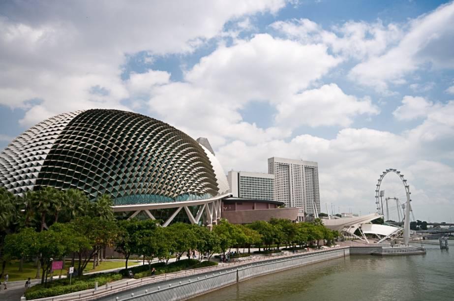 O Esplanade - Theatres on the Bay é um grande complexo com teatro e sala de concertos junto à Marina Bay