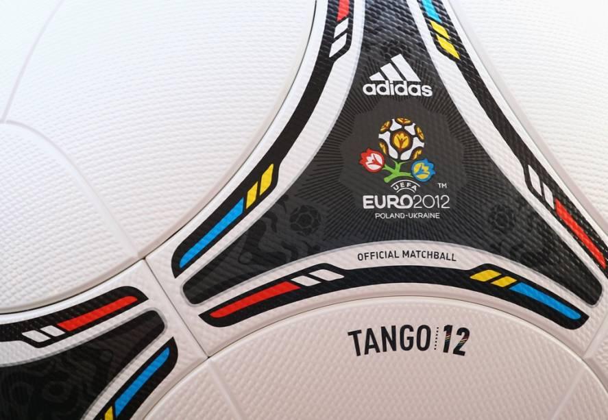 """A <strong>Eurocopa 2012</strong>, o segundo mais importante torneio de seleções de futebol do mundo, será realizada entre 8 de junho e 1º de julho em oito cidades-sede na Ucrânia e na <a href=""""http://viajeaqui.abril.com.br/paises/polonia"""" rel=""""Polônia"""" target=""""_blank"""">Polônia</a>. Organizada pela confederação europeia UEFA, a competição promete trazer muitos turistas e torcedores para agitar o verão dos dois países.<br />  A <strong>Polônia</strong>, membro da União Europeia, possui uma sólida infraestrutura turística, com bons hotéis, ampla malha de transportes ferroviários, estradas seguras e muitas pessoas fluentes em idiomas estrangeiros - principalmente russo, alemão e inglês. Suas quatro sedes ficam nas cidades de <a href=""""http://viajeaqui.abril.com.br/cidades/polonia-varsovia"""" rel=""""Varsóvia"""" target=""""_blank"""">Varsóvia</a>, Gdansk, Wroclaw e Poznan, mas há muito para ser visitado também na <a href=""""http://viajeaqui.abril.com.br/cidades/polonia-cracovia"""" rel=""""Cracóvia"""" target=""""_blank"""">Cracóvia</a>, nos Montes Tatra e em <a href=""""http://viajeaqui.abril.com.br/cidades/polonia-auschwitz-oswiecim"""" rel=""""Auschwitz"""" target=""""_blank"""">Auschwitz</a>, local do famigerado campo de concentração nazista.<br />  A <strong>Ucrânia</strong>, por sua vez, vem recebendo inúmeras críticas por conta de falta de transparência política. Porém, seus estádios em Kiev, Lviv, Donetsk e Kharkiv estarão prontos para receber as equipes participantes. Além da capital, vale a pena visitar os balneários do Mar Negro - entre eles, Yalta e Odessa, populares destinos de veraneio para ucranianos e russos.<br />  Na foto, a bola oficial do torneio, a Tango 12, promete ter efeitos menos imprevisíveis que a polêmica Jabulani da Copa do Mundo de 2010"""