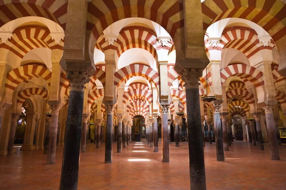 A Grande Mesquita de Córdoba é produto do califado que dominou o sul da Espanha entre 756 e 912. O amplo salão de orações, reformado pelo califa al-Hakan II, passou a contar com uma elegante solução de colunas intermináveis, encimadas por duas séries de arcos, oferecendo um sensação de movimento acentuado pelo jogo de luz e sombras