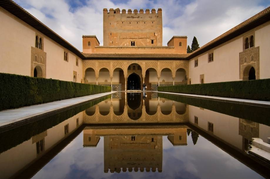 <strong>Alhambra, Granda, Espanha</strong>    Maior joia da arquitetura islâmica na Espanha, o Alhambra foi construído com elementos simples e banais, mas com extremo apuro artístico. O elemento água é onipresente em boa parte de seus espaços, como aqui, no Patio de los Arrayanes