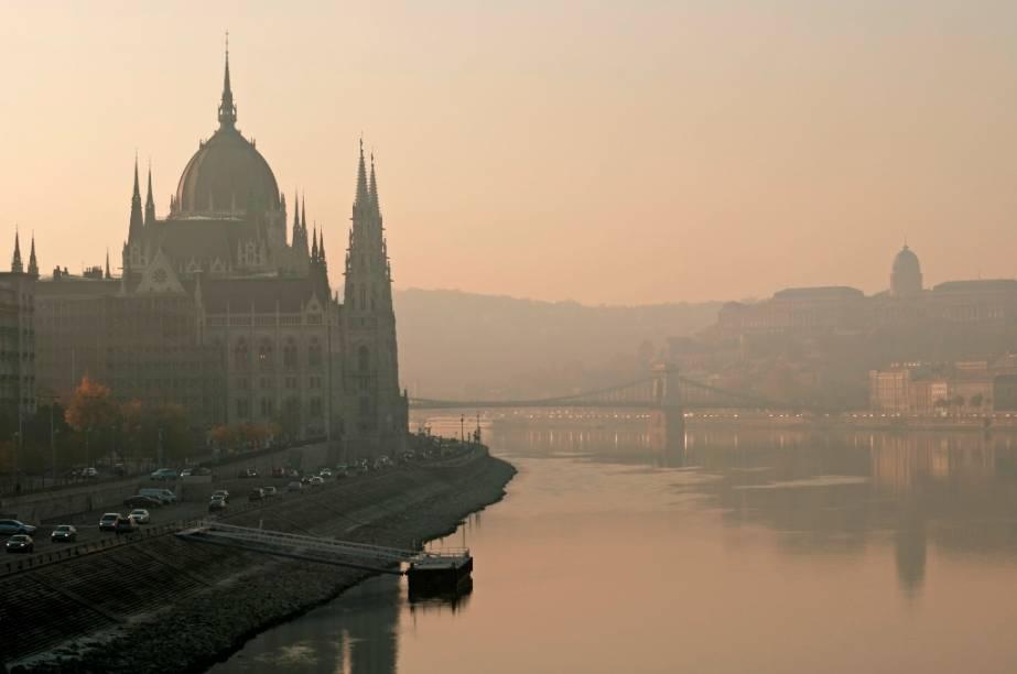 O rio Danúbio banha quatro capitais europeias: Belgrado (Sérvia), Bratislava (Eslováquia), Viena (Áustria) e Budapeste, na Hungria, onde é conhecido como Duna. Aqui, junto às suas margens encontra-se o edifício neo-gótico do parlamento húngaro, um dos principais cartões-postais da cidade