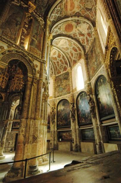 A decoração da igreja, rica em detalhes, foi obra de Dom Manuel