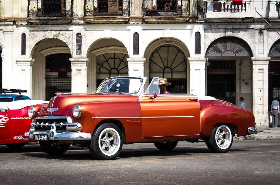 Havana é charmosa com seus carros antigos (alguns muito bem conservados)