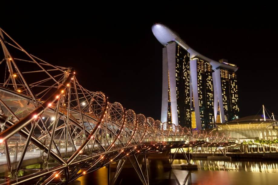 """<strong>Marina Bay Sands, Cingapura</strong>Este gigantesco complexo que combina resort, museu, centro de convenções e cassino na marina de <a href=""""http://viajeaqui.abril.com.br/paises/cingapura"""" rel=""""Cingapura """" target=""""_blank"""">Cingapura</a>é simplesmente estonteante. O SkyPark, um deck unindo as três torres de quartos do hotel, abriga restaurantes, bares e uma espetacular piscina ao ar livre. O projeto foi concebido por Moshe Safdie, com a fundamental engenharia da Arup"""