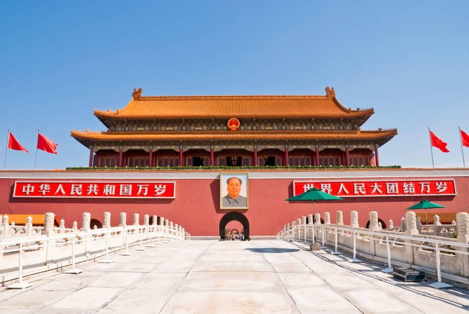"""<strong>Pequim, China (2008)</strong><br />    Após se fechar para o mundo por décadas, as Olimpíadas de <a href=""""http://viajeaqui.abril.com.br/cidades/china-pequim-beijing"""" rel=""""Pequim """" target=""""_blank"""">Pequim </a>serviram para mostrar ao mundo uma <a href=""""http://viajeaqui.abril.com.br/paises/china"""" rel=""""China """" target=""""_blank"""">China </a>moderna, que se abria a uma nova realidade. A natação foi novamente um dos destaques, com o desempenho excepcional do americano Michael Phelps, que bateu o recorde de medalhas na modalidade, e o primeiro ouro do Brasil nos 50 metros, com Cesar Cielo.        Outro fenômeno olímpico deu as caras na capital chinesa: o jamaicano Usain Bolt quebrou todos os recordes possíveis e estabeleceu a supremacia do país nas provas dos 100 metros, 200 metros e revezamento 4 por 100.<br />    Para quem visita o país hoje, tudo ainda remete aos Jogos. O eficiente aeroporto – anos-luz à frente daquilo que os turistas provavelmente encontrarão no Rio de Janeiro em 2016 –, novas linhas de metrô (que também não teremos nem na Copa, nem em nossos Jogos) e as modernosas arenas Ninho de Pássaro e Cubo dÁgua (que talvez teremos, mas com os orçamentos estourados) são alguns dos edifícios legados para esta nova Pequim"""