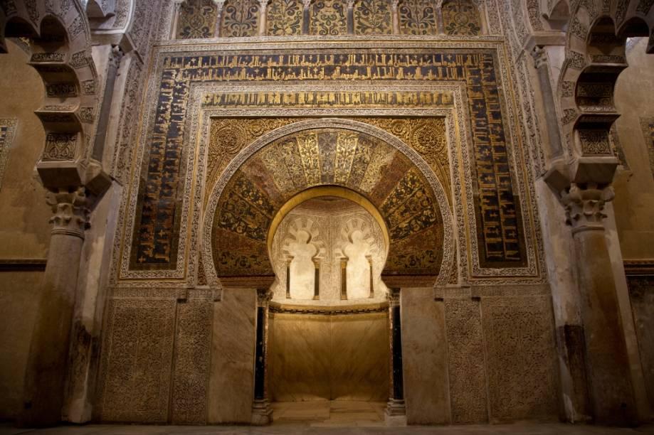 """<strong>Mihrab</strong>Um dos elementos básicos da arquitetura das mesquitas é o <em>mihrab</em>, o nicho que indica a direção de Meca. Ricamente ornamentado e presentes em diferentes formatos, estes se encontram inseridos nas paredes <em>qibla</em>, para onde todos os fiéis se voltam durante as orações. Este mihrab encontra-se na Grande Mesquita de Córdoba, na <a href=""""http://viajeaqui.abril.com.br/paises/espanha"""" rel=""""Espanha"""" target=""""_blank"""">Espanha</a>"""