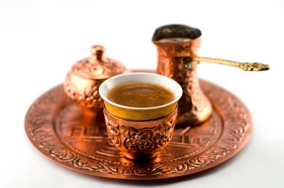 Diz a lenda que foram os turcos que levaram o café para a Europa: grãos torrados foram encontrados quando os otomanos abandonaram o cerco a Viena. E o resto é história