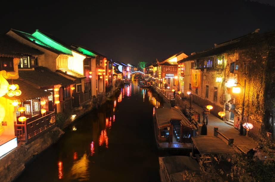 """<strong>Suzhou – <a href=""""http://viajeaqui.abril.com.br/paises/china"""" target=""""_blank"""" rel=""""noopener"""">China </a></strong> O vilarejo charmoso fica cerca de 100 km de distância de Xangai. Quem procura o destino busca reviver o passado da cultura chinesa pela atmosfera local. As grandes atrações da vila são jardins incrivelmente tranquilos e graciosos e um passeio pitoresco pelo principal canal da cidade. O passeio pode ficar ainda mais atrativo á noite, quando as luzes se acendem.<a href=""""http://www.booking.com/city/cn/suzhou.pt-br.html?aid=332455&label=viagemabril-venezasdomundo"""" target=""""_blank"""" rel=""""noopener""""><em>Busque hospedagens em Suzhou no booking.com</em></a>"""