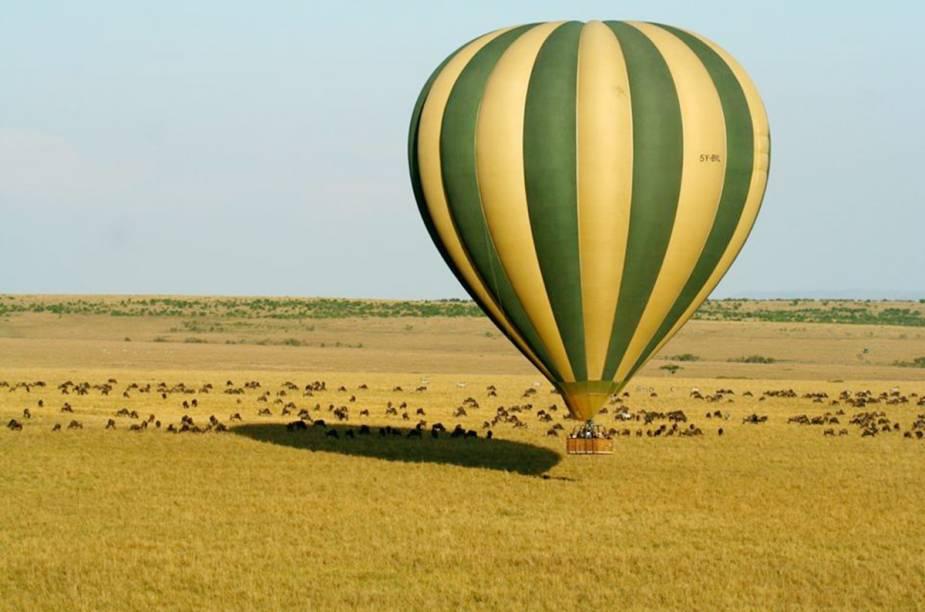 """O passeio de balão em Masai Mara, o mais famoso parque do <a href=""""http://viagemeturismo.abril.com.br/paises/quenia/"""">Quênia</a>, é praticamente um safári no ar. De julho a outubro, milhares de animais percorrem o parque em busca de água, sobre o balão o turista consegue sentir o espírito da migração. Com sorte, é possível avistar um dos raríssimos rinocerontes negros que habitam o Masai Mara."""
