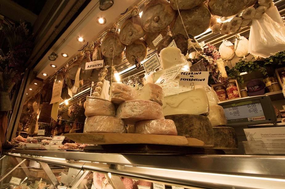 Bancas de queijos e frios dentro do Mercato Centrale di San Lorenzo, em Florença
