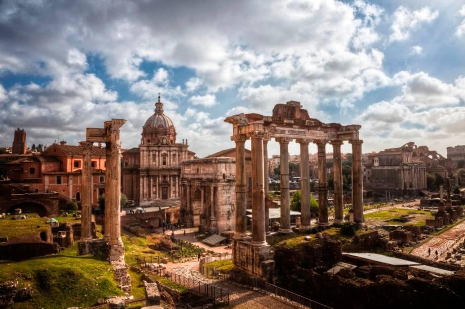Vista geral do do fórum romano, com o templo de Júpiter em primeiro plano