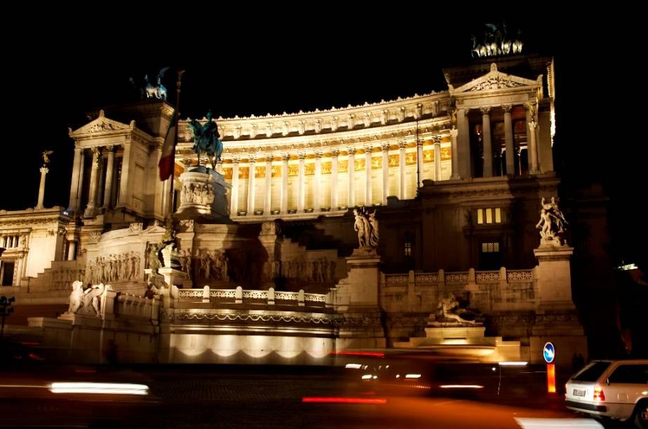 """A suave comédia romântica protagonizada por <strong>Audrey Hepburn </strong>e <strong>Gregory Peck </strong>soa tão inocente para os padrões atuais que só emplacaria uma matinê na programação. A história de uma princesa entediada e um jornalista americano flanando pelas ruas de <a href=""""http://viajeaqui.abril.com.br/cidades/italia-roma"""" target=""""_blank"""">Roma</a> é um resgate a uma Itália menos de um década saída da guerra. Cenas tendo como pano de fundo a <a href=""""http://viajeaqui.abril.com.br/estabelecimentos/italia-roma-atracao-piazza-di-spagna"""" target=""""_blank"""">Piazza di Espagna</a>, a <a href=""""http://viajeaqui.abril.com.br/estabelecimentos/italia-roma-atracao-bocca-della-verita"""" target=""""_blank"""">Bocca della Verita </a>e o Monumento a Vitorio Emanuelle II dão um tom tão teatral como esplendoroso da bela cidade. <strong>A Princesa e o Plebeu </strong>(<em>Roman Holiday</em>, <a href=""""http://viajeaqui.abril.com.br/paises/estados-unidos"""" target=""""_blank"""">Estados Unidos</a>, 1953) <strong>Diretor: </strong>William WylerEstrelando: Audrey Hepburn e Gregory Peck <strong>Prêmios da Academia:</strong> três, incluindo melhor atriz para Hepburn"""