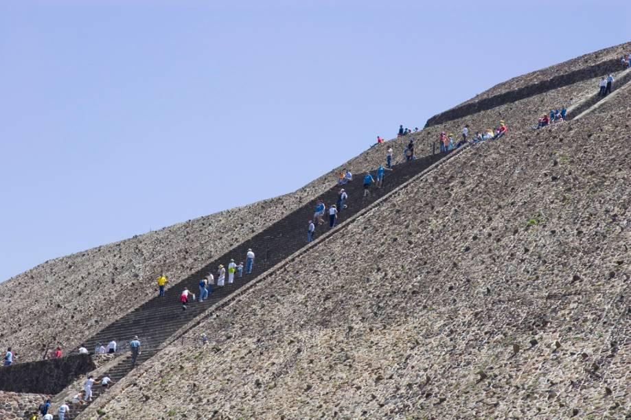 A subida nas escadarias íngremes até o topo da Pirâmide do Sol é recompensada por uma vista panorâmica da região