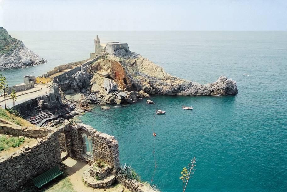 """Cercado pelo mar azul da região de <a href=""""http://viajeaqui.abril.com.br/cidades/italia-cinque-terre"""" rel=""""Cinque Terre"""">Cinque Terre</a>, o Castelo Doria está fincado em um penhasco"""