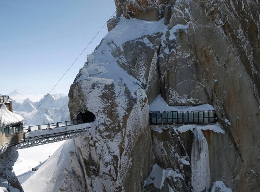 """Passarela e túnel encravado no Mont Blanc, em <a href=""""http://viajeaqui.abril.com.br/materias/esqui-e-vida-selvagem-na-francesa-chamonix"""" rel=""""Chamonix"""" target=""""_blank"""">Chamonix</a>, nos <a href=""""http://viajeaqui.abril.com.br/cidades/franca-alpes-franceses"""" rel=""""Alpes Franceses"""" target=""""_blank"""">Alpes Franceses</a>;sede das primeiras Olimpíadas de Inverno, a cidade começou a atrair exploradores em 1741, hipnotizados pelo glaciar que cobria a base do vale"""