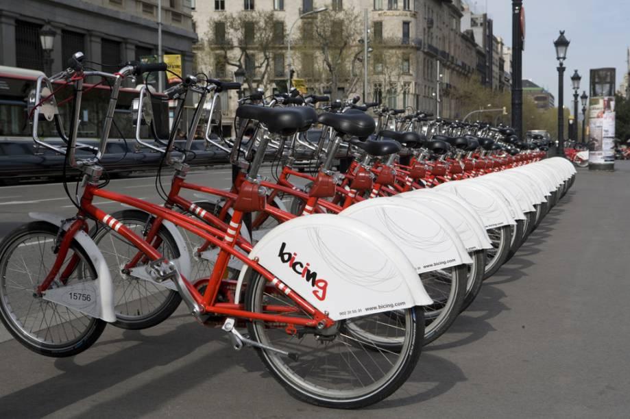 Estacionamento de bicicletas, na Praça da Catalunha, em Barcelona