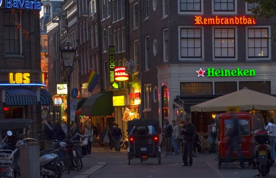 A quadra Rembrandtplein é ideal para apreciar uma cerveja holandesa