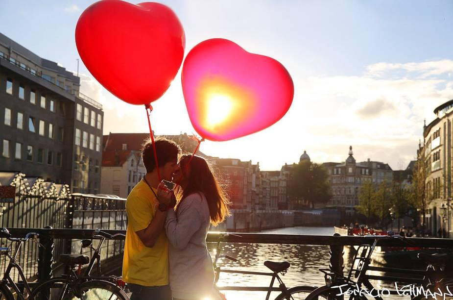 Casal participa do projeto 100 World Kisses, do argentino Ignacio Lehmann, em Amsterdã, Holanda - o fotógrafo teve a sorte de estar na cidade no momento em que distribuíam balões em forma de coração