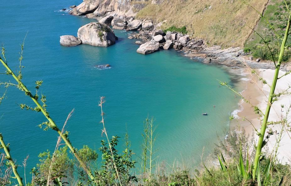 """<a href=""""http://viajeaqui.abril.com.br/estabelecimentos/br-rj-rio-de-janeiro-atracao-praias-do-perigoso-do-meio-funda-e-do-inferno"""" rel=""""Praia do Perigoso """" target=""""_blank""""><strong>Praia do Perigoso </strong></a>                                        Localizada entre Grumari e Barra de Guaratiba, só se chega no Perigoso por uma trilha de 40 minutos ou de barco. É uma das praias mais selvagens da cidade e fica em área de preservação ambiental. Portanto, não há comércio no local"""