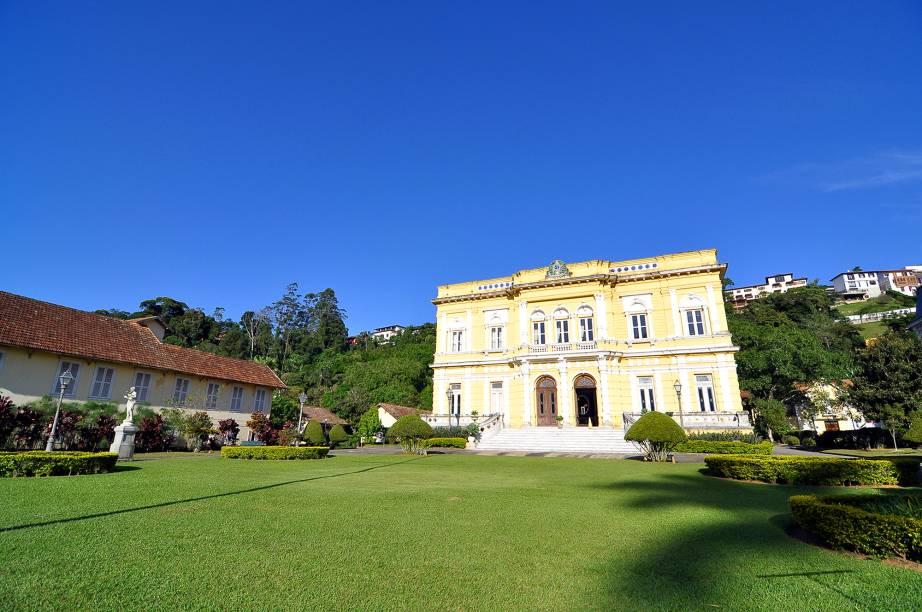"""<a href=""""http://viajeaqui.abril.com.br/cidades/br-rj-petropolis"""" rel=""""9. Petrópolis(RJ)"""" target=""""_self""""><strong>9. Petrópolis(RJ)</strong></a>    O clima ameno, as casas charmosas e a atmosfera colonial da cidade, sentida em atrações históricas como o <strong><a href=""""http://viajeaqui.abril.com.br/estabelecimentos/br-rj-petropolis-atracao-palacio-rio-negro"""" rel=""""Palácio Rio Negro"""" target=""""_self"""">Palácio Rio Negro</a></strong>, são o ponto forte da cidadezinha localizada a 72 quilômetros do<a href=""""http://viajeaqui.abril.com.br/cidades/br-rj-rio-de-janeiro"""" rel=""""Rio de Janeiro (RJ)"""" target=""""_blank"""">Rio de Janeiro (RJ)</a>"""