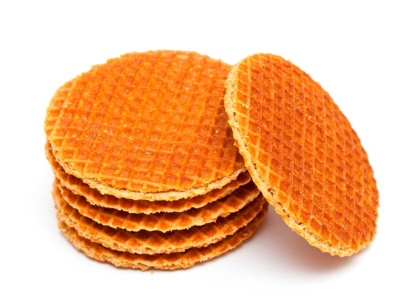 """<strong>Stroopwaffle, Holanda</strong>    Um sanduichinho achatado de waffle, recheado de caramelo, parece ser uma descrição um tanto simplista do stroopwaffle, o campeão dos cafés da tarde holandeses. Os habitantes de Gouda, a mesma cidade do queijo, dizem que a melhor receita (e original) é deles, mas seja como for, coloque uma dessas """"tampas"""" sobre sua caneca de chá, café ou chocolate quente para amolecer a casca. Campeão!"""