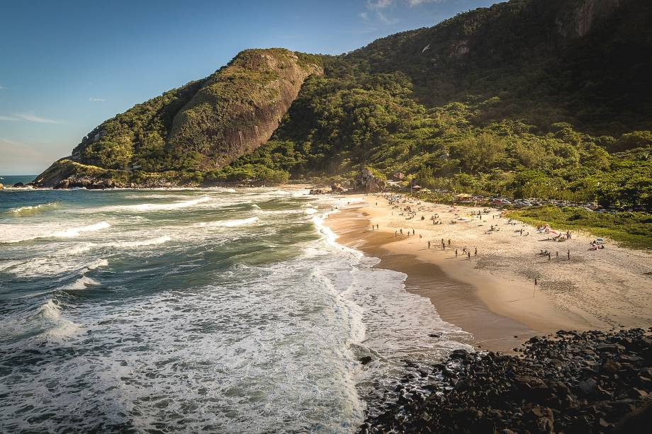 """<a href=""""http://viajeaqui.abril.com.br/estabelecimentos/br-rj-rio-de-janeiro-atracao-prainha"""" rel=""""Prainha """" target=""""_blank""""><strong>Prainha </strong></a>                                Apesar da aparência mais selvagem e isolada, tem boa estrutura com quiosques e restaurantes para receber turistas. O mar é agitado mas as águas são bem limpas"""