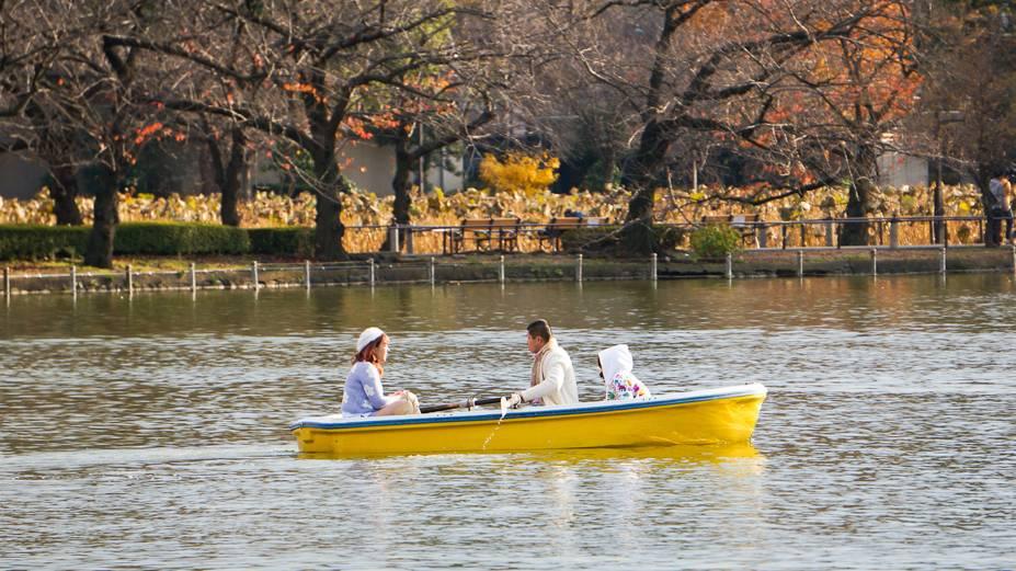 Ueno se encontra na área central de Tóquio e atrai milhares de visitantes não só por sua agradável área verde