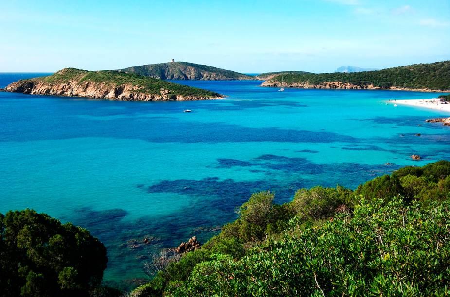 """<strong>Spiaggia di Tuerredda</strong> A areia fina e clara e o mar azul clarinho lembram muito o Caribe, mas a praia fica em Teulada. No verão europeu cada centímetro da faixa de areia é disputado pelos milhares de turistas que chegam por lá. Se for em alta temporada, vale a pena chegar cedo.<em><a href=""""https://www.booking.com/searchresults.en-gb.html?aid=332455&lang=en-gb&sid=eedbe6de09e709d664615ac6f1b39a5d&sb=1&src=searchresults&src_elem=sb&error_url=https%3A%2F%2Fwww.booking.com%2Fsearchresults.en-gb.html%3Faid%3D332455%3Bsid%3Deedbe6de09e709d664615ac6f1b39a5d%3Bcity%3D-130244%3Bclass_interval%3D1%3Bdest_id%3D-129637%3Bdest_type%3Dcity%3Bdtdisc%3D0%3Bfrom_sf%3D1%3Bgroup_adults%3D2%3Bgroup_children%3D0%3Binac%3D0%3Bindex_postcard%3D0%3Blabel_click%3Dundef%3Bno_rooms%3D1%3Boffset%3D0%3Bpostcard%3D0%3Braw_dest_type%3Dcity%3Broom1%3DA%252CA%3Bsb_price_type%3Dtotal%3Bsearch_selected%3D1%3Bsrc%3Dsearchresults%3Bsrc_elem%3Dsb%3Bss%3DSestri%2520Levante%252C%2520%25E2%2580%258BLiguria%252C%2520%25E2%2580%258BItaly%3Bss_all%3D0%3Bss_raw%3DSestri%2520Levante%3Bssb%3Dempty%3Bsshis%3D0%3Bssne_untouched%3DStintino%26%3B&ss=Teulada%2C+%E2%80%8BSardinia%2C+%E2%80%8BItaly&ssne=Sestri+Levante&ssne_untouched=Sestri+Levante&city=-129637&checkin_monthday=&checkin_month=&checkin_year=&checkout_monthday=&checkout_month=&checkout_year=&no_rooms=1&group_adults=2&group_children=0&highlighted_hotels=&from_sf=1&ss_raw=Teuladano&ac_position=0&ac_langcode=en&dest_id=-130729&dest_type=city&place_id_lat=38.96743&place_id_lon=8.77224&search_pageview_id=8a2590a63a1400f7&search_selected=true&search_pageview_id=8a2590a63a1400f7&ac_suggestion_list_length=5&ac_suggestion_theme_list_length=0"""" target=""""_blank"""" rel=""""noopener"""">Busque hospedagens emTeulada Booking.com</a></em>"""