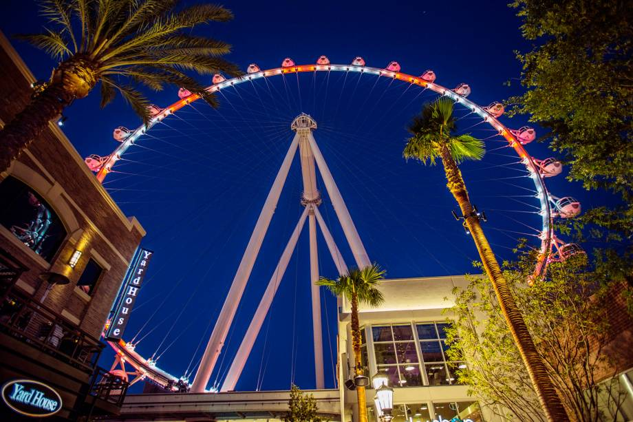 Inaugurada em 2014, a High Roller é quem ocupa atualmente o posto de roda-gigante mais alta do mundo. São 167 metros de altura e 28 gôndolas. Lá de cima, a vista é típica de Las Vegas: montanhas e cassinos iluminados