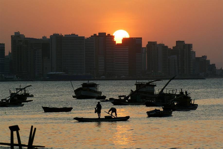 """O horizonte de <a href=""""http://viajeaqui.abril.com.br/cidades/br-ce-fortaleza"""" rel=""""Fortaleza (CE)"""" target=""""_blank""""><strong>Fortaleza (CE)</strong></a> ficou em<strong> 73º lugar</strong> e é constantemente iluminado pelo sol<a href=""""http://www.booking.com/city/br/fortaleza.pt-br.html?aid=332455&label=viagemabril-skylines"""" rel=""""Veja hotéis em Fortaleza no booking.com"""" target=""""_blank""""><em>Veja hotéis em Fortaleza no booking.com</em></a>"""
