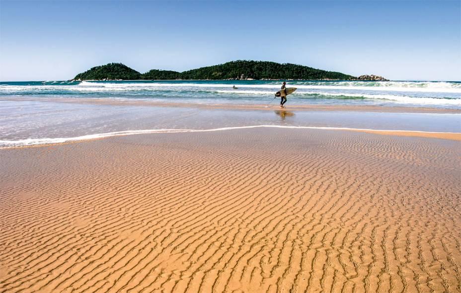 """<strong><a href=""""http://viajeaqui.abril.com.br/cidades/br-sc-florianopolis"""" rel=""""FLORIPA"""" target=""""_blank"""">FLORIPA</a> EM POUSADA</strong>Congestionada no verão, Florianópolis abriga mais de 100 praias capazes de satisfazer a todos os perfis. Como bônus, a capital catarinense tem infra de cidade grande, um gostoso mercado central e vilas açorianas que servem ostras frescas. As três noites são na <a href=""""http://www.tamarindo.com.br/"""" rel=""""Vila Tamarindo"""" target=""""_blank"""">Vila Tamarindo</a>, pousada midscale próxima à <a href=""""http://viajeaqui.abril.com.br/estabelecimentos/br-sc-florianopolis-atracao-praia-campeche"""" rel=""""Praia do Campeche"""" target=""""_blank"""">Praia do Campeche</a>(foto), frequentada por surfistas.<strong>QUANDO:</strong> Em maio<strong>QUEM LEVA:</strong> A <a href=""""http://www.tamviagens.com.br/#&panel1-1"""" rel=""""TAM"""" target=""""_blank"""">TAM</a><strong>QUANTO:</strong> R$ 550"""